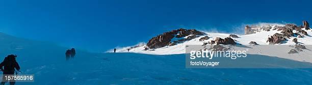 Alpinistes escalade snow summit ridge panorama Haut Atlas, Maroc et en Afrique