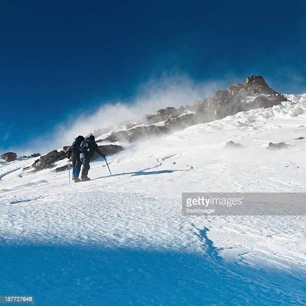 Alpinistes Escalade jusqu'au sommet de la montagne de neige spindrift
