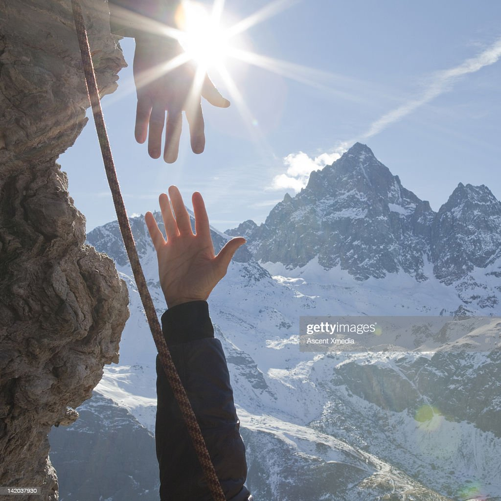Mountaineers extends helping hand to teammate : Stock Photo