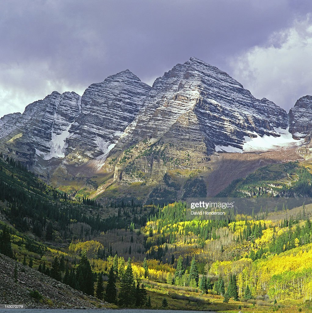 Mountaintops over forested rural valley : Stock Photo