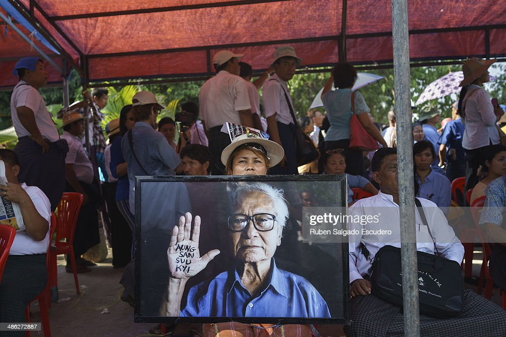 A mourner holds up a photo of Win Tin to pay respect during Win Tin's memorial service in Yay Way cemetery on April 23, 2014 in Yangon, Burma. The Burmese journalist who helped Aung San Suu Kyi launch a pro-democracy movement against the junta military regime, died April 21 in Rangoon.