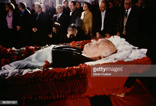 Mourners at the coffin of Russian nuclear physicist Soviet dissident and human rights activist Andrei Sakharov lying in state at the Institute of...