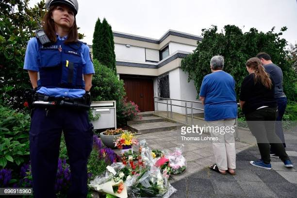Mourners pray outside the home of former German Chancellor Helmut Kohl in Oggersheim district on June 17 2017 in Ludwigshafen Germany Kohl who was...