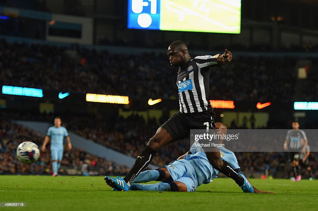 <a gi-track='captionPersonalityLinkClicked' href=/galleries/search?phrase=Moussa+Sissoko&family=editorial&specificpeople=4191251 ng-click='$event.stopPropagation()'>Moussa Sissoko</a> of Newcastle United evades the tackle from Fernandinho of Manchester City to score their second goal during the Capital One Cup Fourth Round match between Manchester City and Newcastle United at Etihad Stadium on October 29, 2014 in Manchester, England.