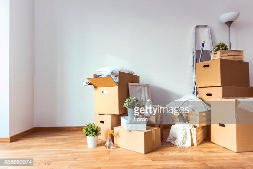 Bewegen. Kartons und Reinigung Dinge für den Einstieg in ein neues Zuhause : Stock-Foto