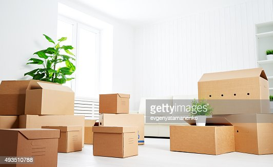 move viele Karton Kartons in leere neue Wohnung : Stock-Foto