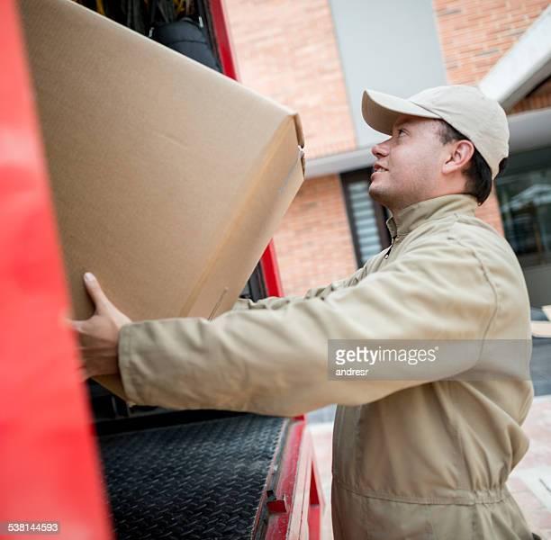 Déménageur boîtes de chargement sur Camion de déménagement