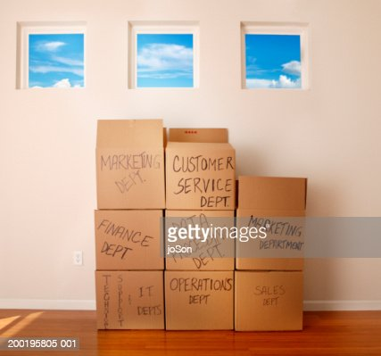 Moving boxes in empty room : Stock-Foto