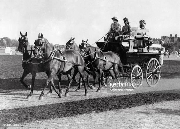 Mrs Mathews tenant les rênes de sa calèche est la gagnante de la course et la première femme à gagner cette épreuve à Delhi Inde circa 1930