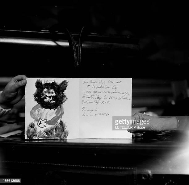 Mrs Rene Coty Receives A Child Painter Paris Lors de la réception d'un enfant peintre par Madame René COTY épouse du Président plan cadré sur un...