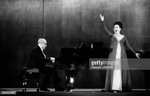 Mstislav Rostropovitch et son épouse la soprano Galina Vichnevskaia sur scène en janvier 1976 à Paris France