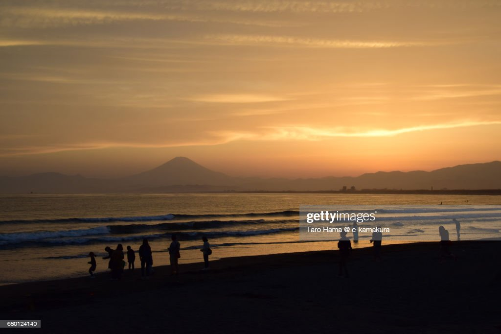 Mt. Fuji and people on the sunset beach : ストックフォト