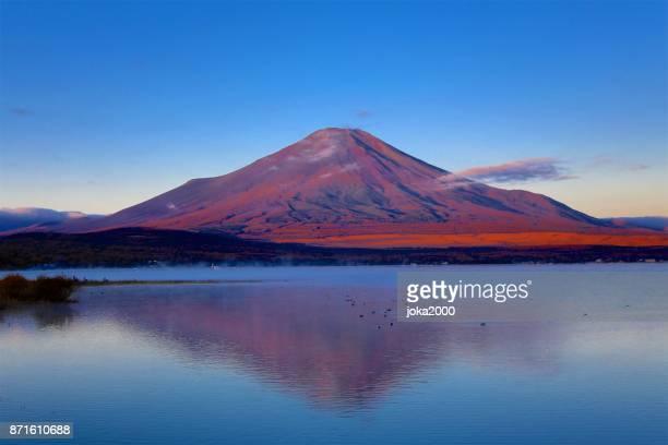 夜明けの富士山