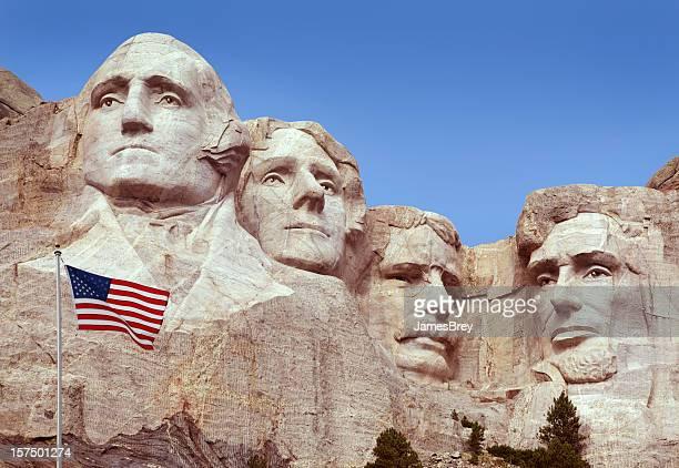 Monumento do monte de Rushmore, Bandeira dos Estados Unidos da América, a Velha Glória, voar em primeiro plano