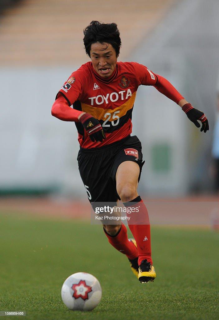 Mu Kanazaki of Nagoya Grampus sprints with the ball during the 92nd Emperor's Cup Quarter Final match between Nagoya Grampus and Yokohama F.Marinos at Mizuho Stadium on December 23, 2012 in Nagoya, Japan.