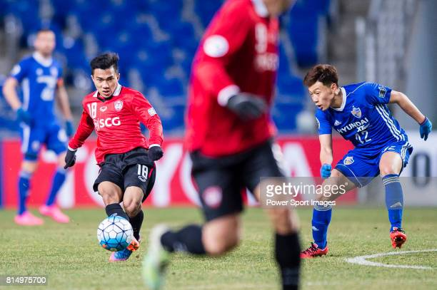 Muangthong Midfielder Chanathip Songkrasin fights for the ball with Ulsan Hyundai Midfielder Han Seunggyu during the AFC Champions League 2017 Group...