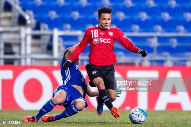 Muangthong Midfielder Chanathip Songkrasin trips up with Ulsan Hyundai Midfielder Han Seunggyu during the AFC Champions League 2017 Group E match...
