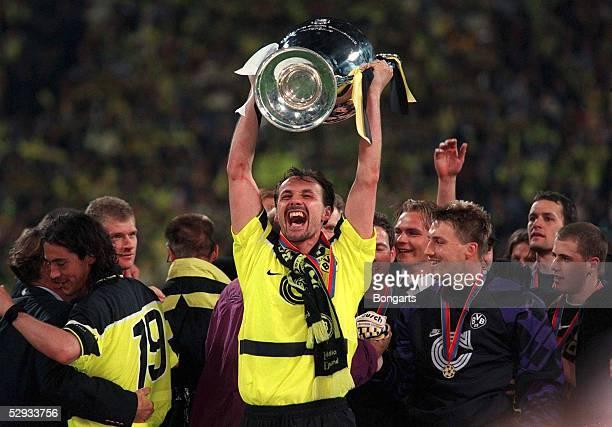 1 Muenchen 280597 Jubel Juergen KOHLER mit Pokal/DORTMUND EUROPAPOKALSIEGER 1997