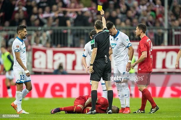 Muenchen Deutschland Bundesliga 10 Spieltag FC Bayern Muenchen TSG 1899 Hoffenheim Schiedsrichter Markus Schmidt erteilt Sebastian Rudy die gelbe...