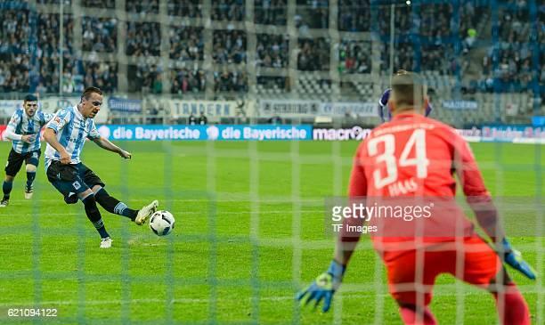 Muenchen Deutschland 2 Bundesliga 11 Spieltag TSV 1860 Muenchen FC Erzgebirge Aue Michael Liendl erzielt das 20 gegen Torwart Daniel Haas per Elfmeter