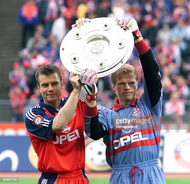 BUNDESLIGA 98/99 Muenchen FC BAYERN MUENCHEN VFL BOCHUM Thomas HELMER Oliver KAHN/Bayern mit der Meisterschale BAYERN MUENCHEN DEUTSCHER MEISTER 1999