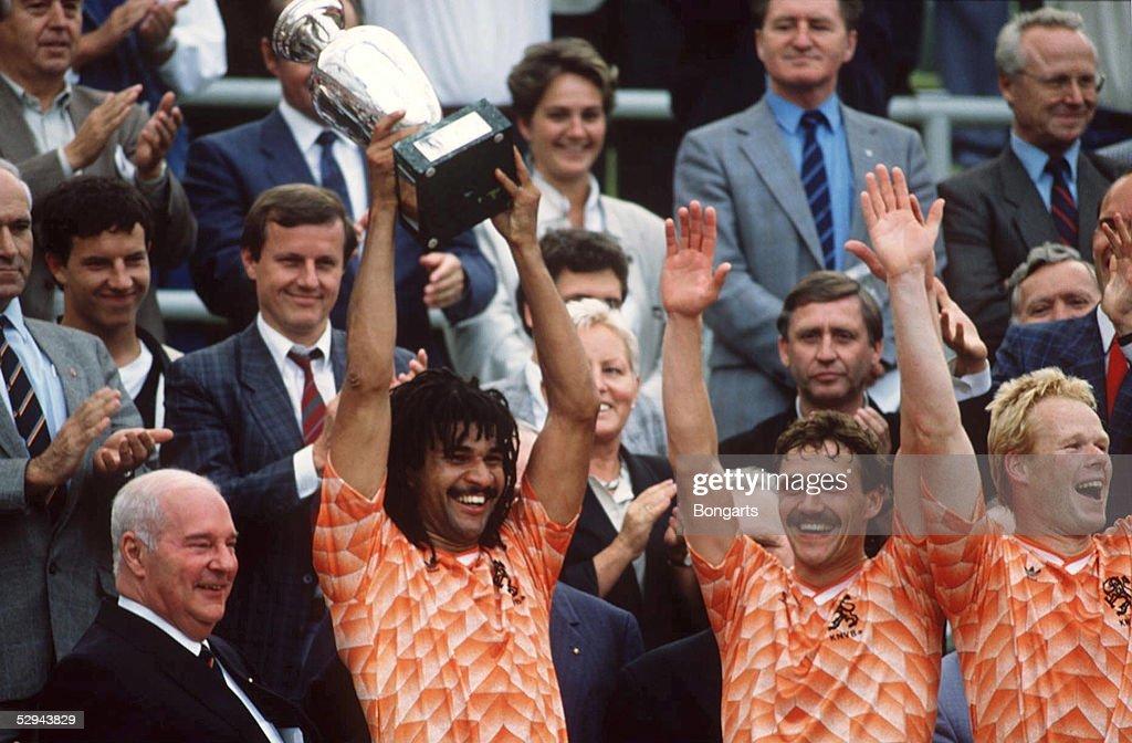 EM 1988 FINALE NIEDERLANDE UDSSR 20 SIEGEREHRUNG Muenchen/GER JUBEL Ruud GULLIT/NED mit Pokal EUROPAMEISTER 1988