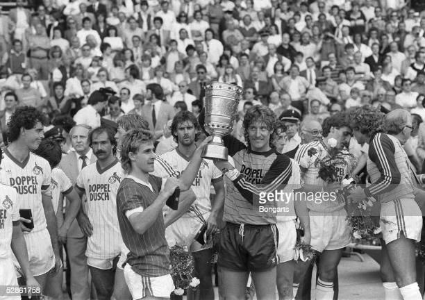 KOELN Muengersdorfer Stadion Pierre LITTBARSKI und Toni SCHUMACHER mit Pokal/1 FC KOELN POKALSIEGER 1983