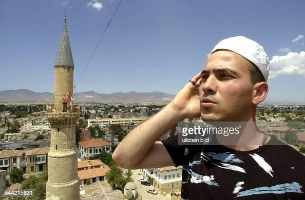 Muezzin Mustafa Samil ruft von einem der beiden Minarette der Selimiye Moschee in Nikosia zum Freitagsgebet in Nordzypern