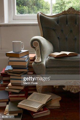 Tazza e pila di libri : Foto stock