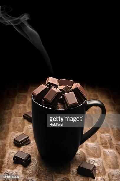 Caneca cheia de chocolate sólido