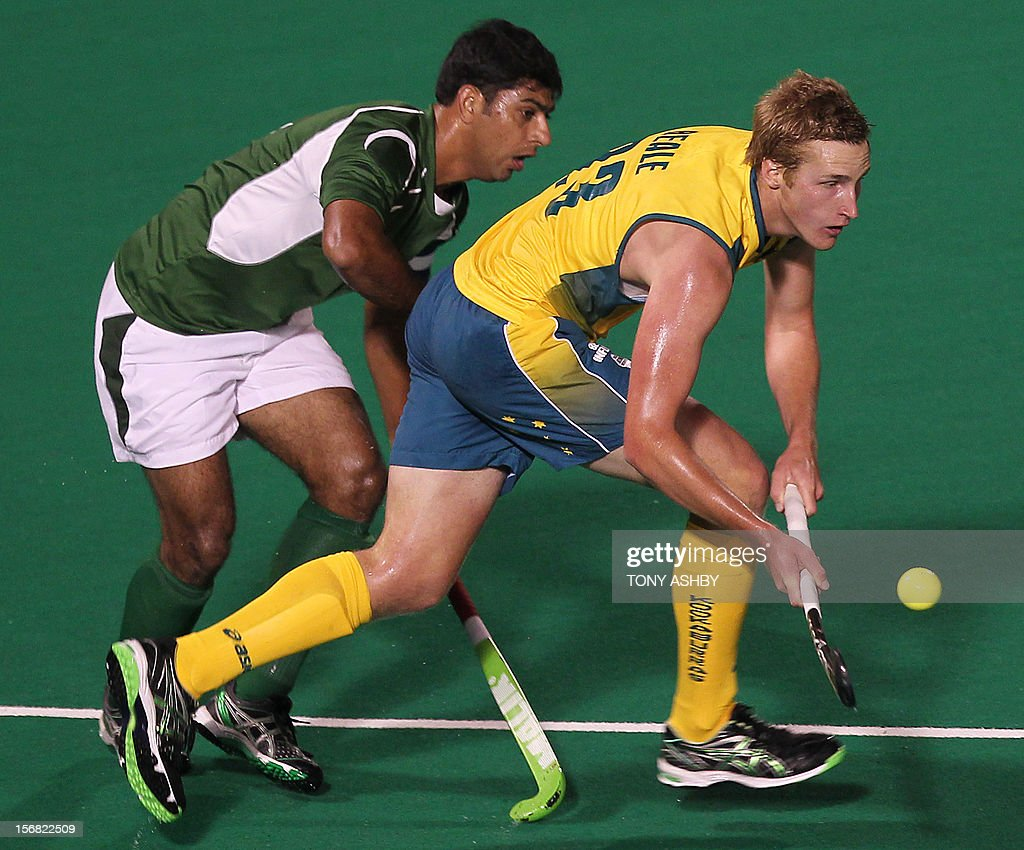 Muhammad Imran of Pakistan (L) chases Daniel Beale of Australia during their men's match at the International Super Series hockey tournament in Perth on November 22, 2012. AFP PHOTO/TONY ASHBY -- IMAGE STRICTLY FOR EDITORIAL USE - STRICTLY NO COMMERCIAL USE