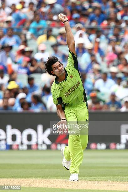 Muhammad Irfan of Pakistan bowles during the 2015 ICC Cricket World Cup match between India and Pakistan at Adelaide Oval on February 15 2015 in...