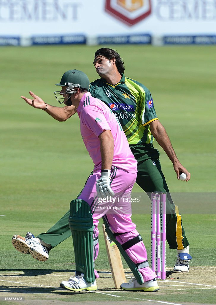 Muhammad Irfan of Pakistan bowls with <a gi-track='captionPersonalityLinkClicked' href=/galleries/search?phrase=Graeme+Smith+-+Cricket+Player&family=editorial&specificpeople=193816 ng-click='$event.stopPropagation()'>Graeme Smith</a> of South Africa backing-up during the 3rd Momentum ODI match between South Africa and Pakistan at Bidvest Wanderers Stadium on March 17, 2013 in Johannesburg, South Africa.