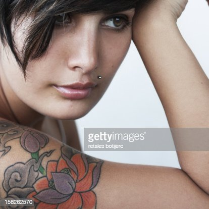 mujer con tatuaje : Stock Photo