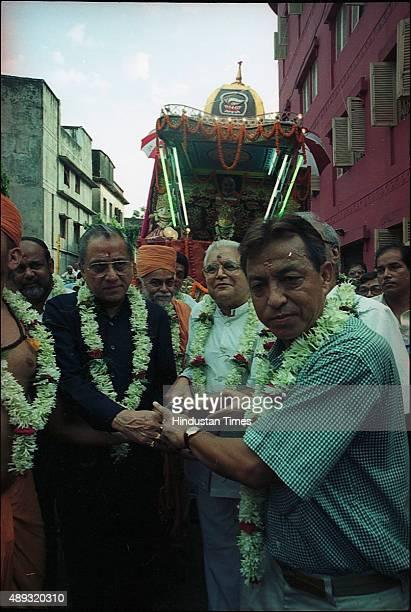 Mukul Gopal Mukherjee and Jagmohan Dalmiya pulling a chariot of Lord Krishna Balram on July 12 2002 in Kolkata India BCCI President Jagmohan Dalmiya...