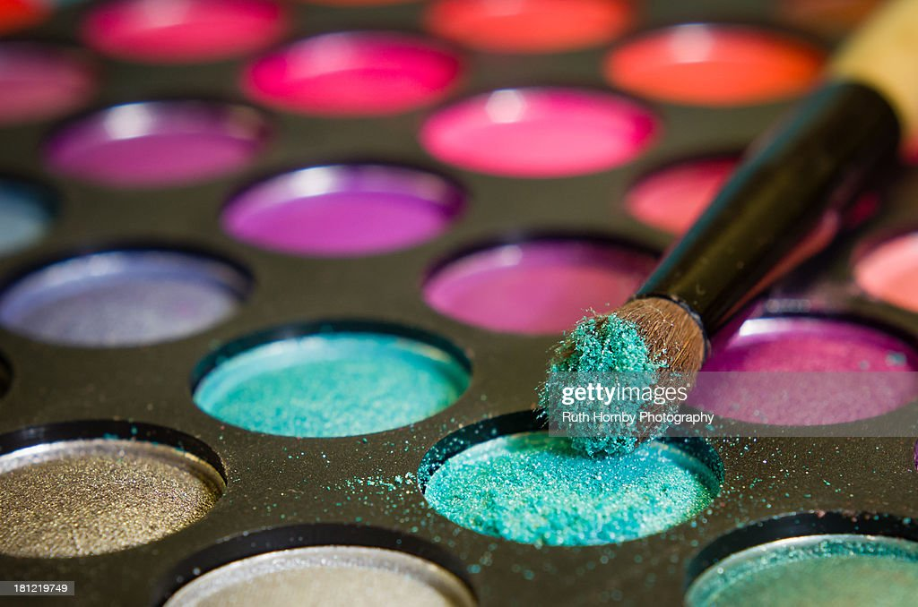 Multi Coloured Eye Shadow Palette and Brush