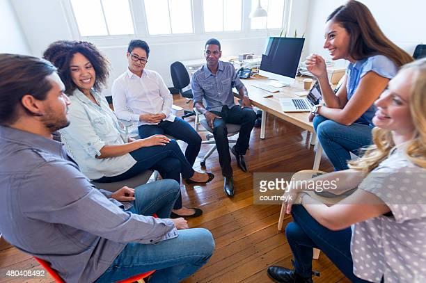 Multi-kulturelle Gruppe von Geschäftsleuten in einer Besprechung.