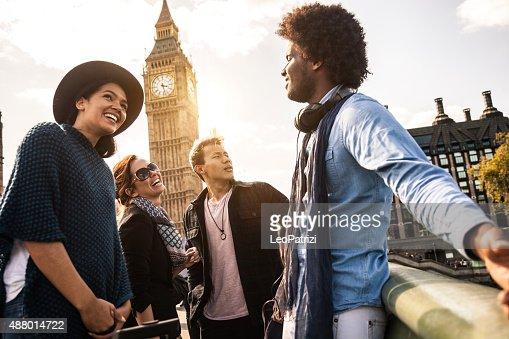 多文化的グループのご友人やご同僚、ロンドン中心部