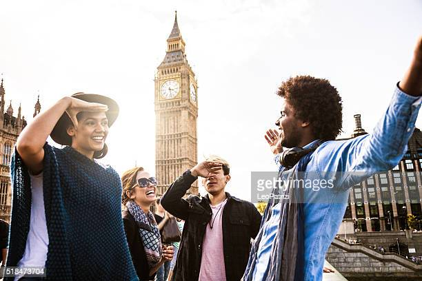 Multi cultural grupo de amigos pendurado para fora na Central de Londres