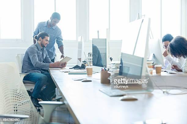 Groupe Multi-culturelle en travaillant avec la technologie dans une suite studio.