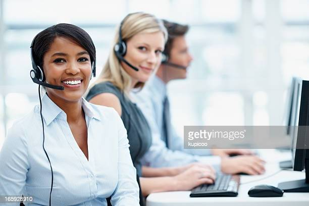 Multi etnica business team che lavora in un call center