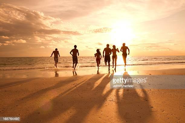 Multi étnica amigos, divertir-se na praia