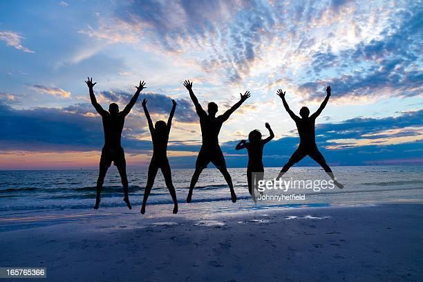 Multietnico di amici che si diverte in spiaggia
