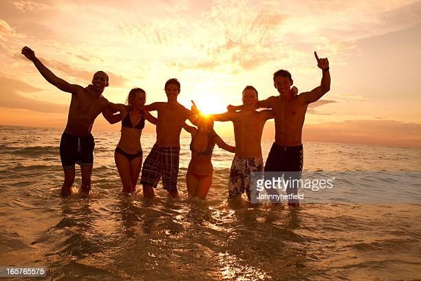 Multi ethnique amis s'amusant à la plage