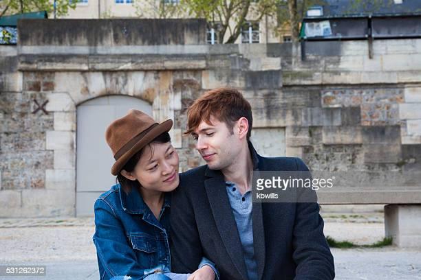 multi ethnique conversation entre amis sur les rives de la Seine, à Paris