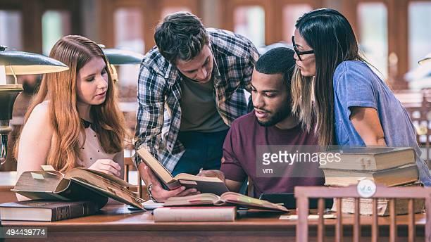 Grupo multiétnico de estudiantes que estudian en una biblioteca