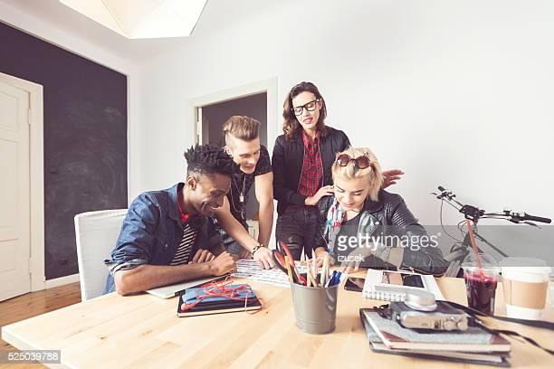 Gruppo di Multi etnica studenti lavorano insieme