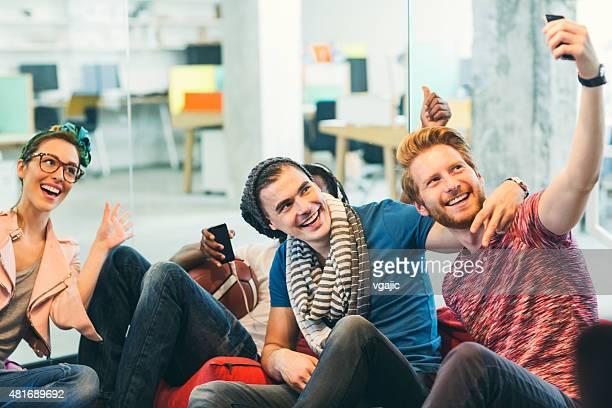 Multi ethnique groupe de jeunes architectes en selfie dans le bureau.
