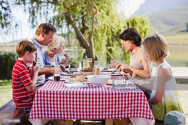 Multi génération famille avoir un pique-nique