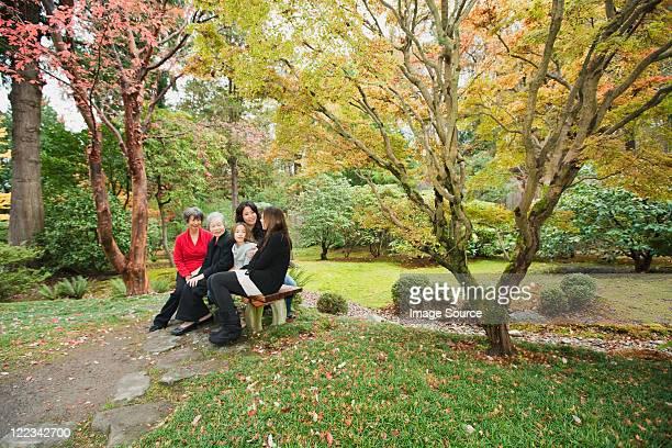 多世代家族に座って公園